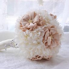La société de mariage de mariage en plein air bouquet de mariage tenant les arrangements de mariage